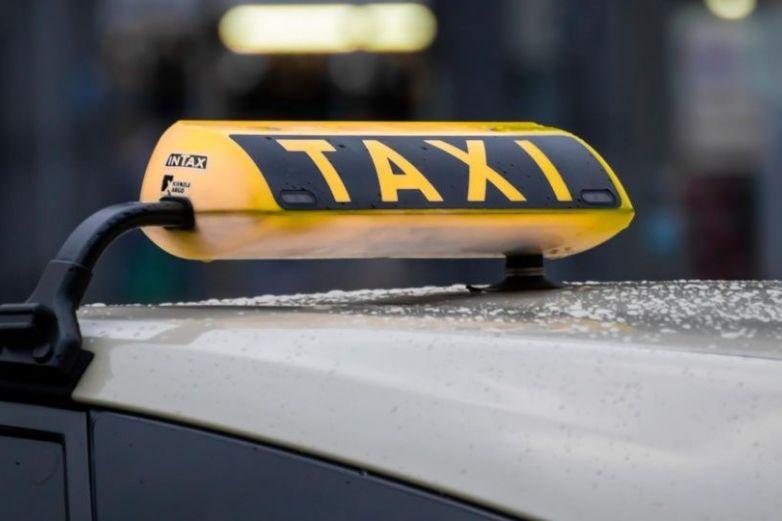 Mujer se hace pasar por fantasma para no pagar el taxi