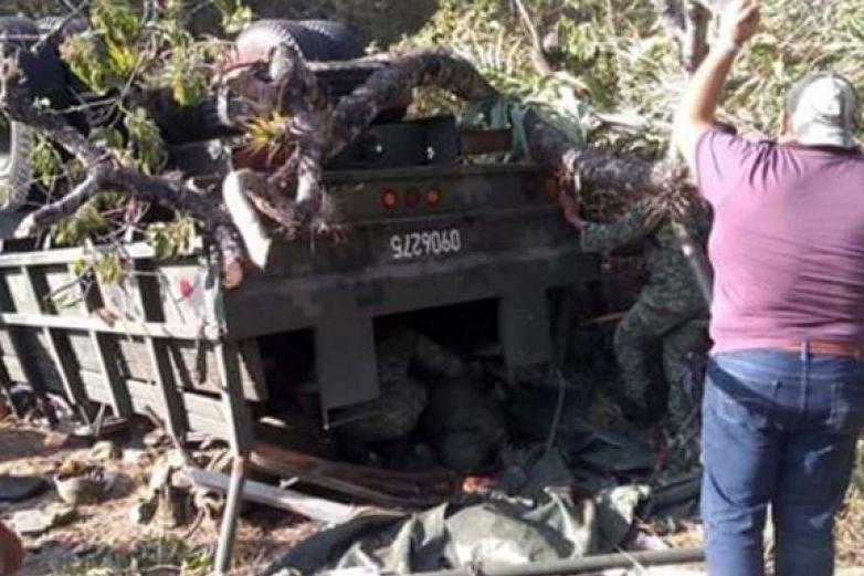 Suman siete militares muertos por volcadura