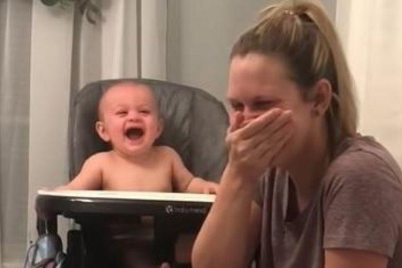 Bebé mira a su mamá estornudar y se vuelve loco