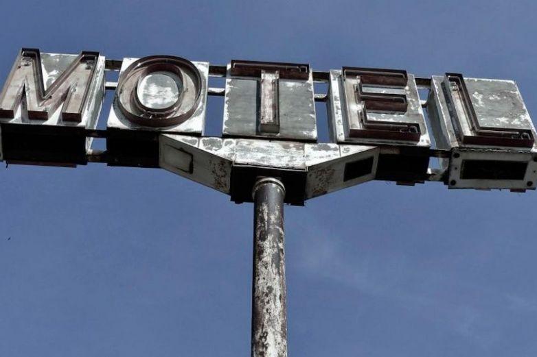 Sacerdote bendice cuartos de motel y se vuelve viral