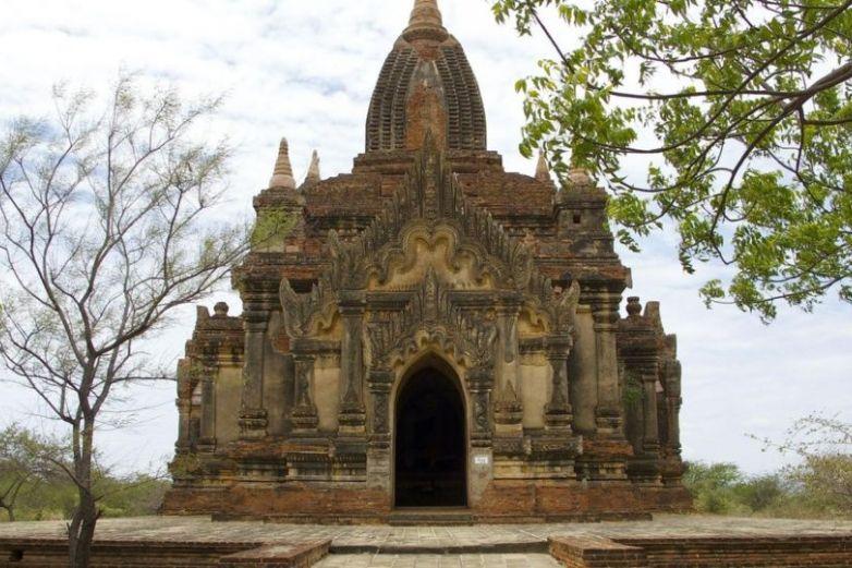 Pareja profana templo budista al grabar video para adultos