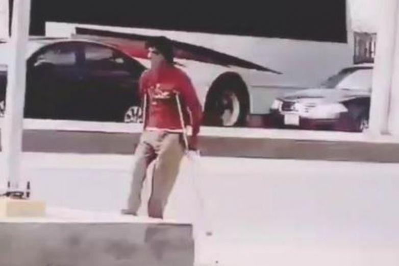 Captan a un hombre en muletas que pedía dinero caminando de forma normal