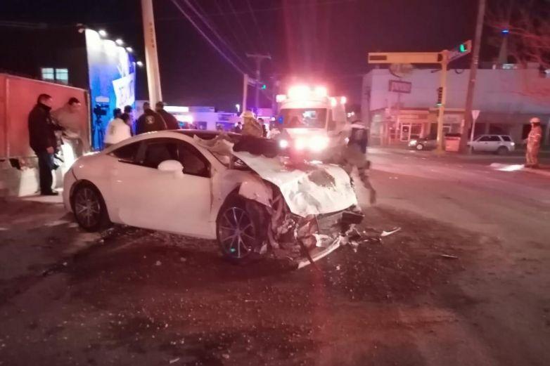 Mujer queda atrapada en vehículo tras choque en Pérez Serna