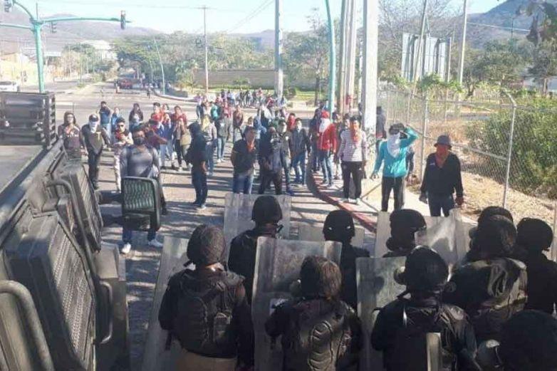 Normalistas se enfrentan a policías en Chiapas