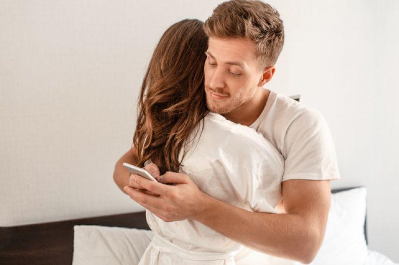 Descubre infidelidad de su esposo y lo avergüenza públicamente