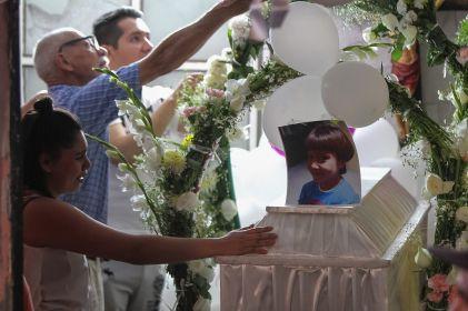 Familiares realizan rosario en honor a Fátima