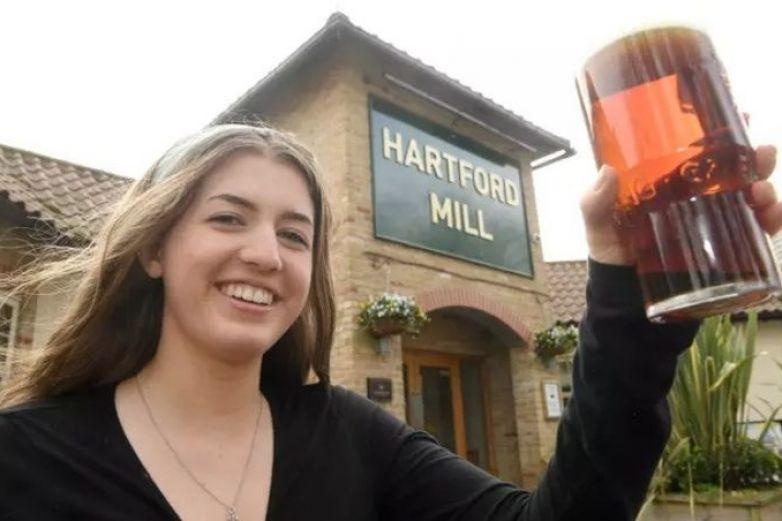 Nace en bar y regresa 18 años después a beber su primer cerveza