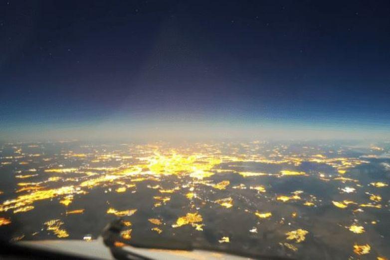 Graban viaje nocturno de París a Argentina con luna llena