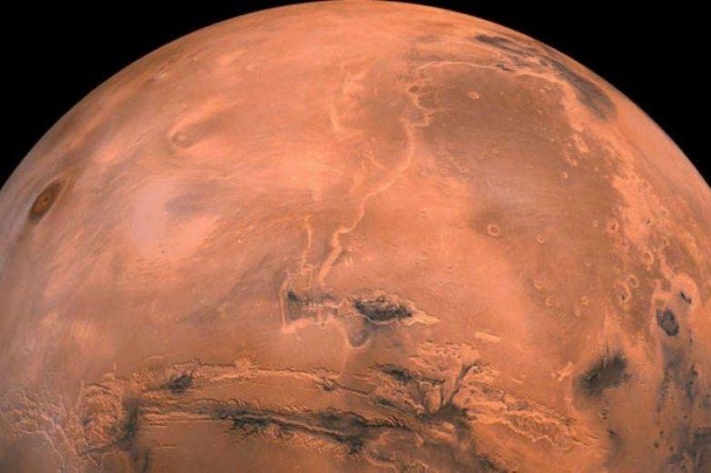 Descubren cráter cubierto de hielo en Marte