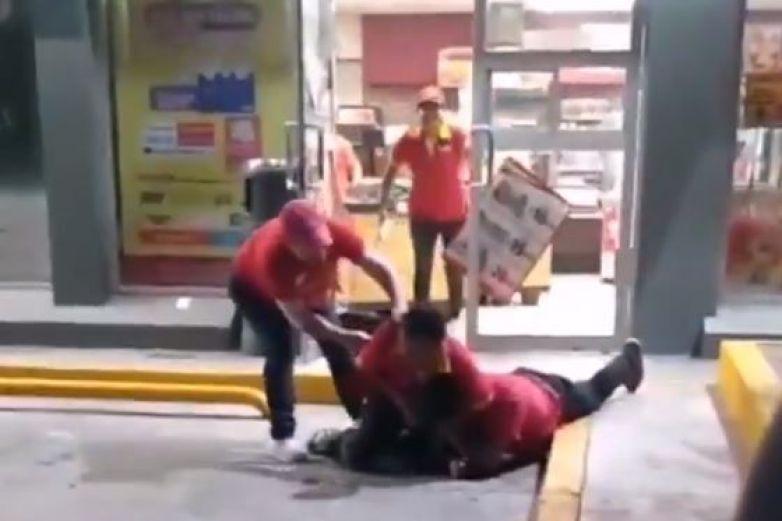 Cajero golpea a cliente por no tener cambio de 200 pesos