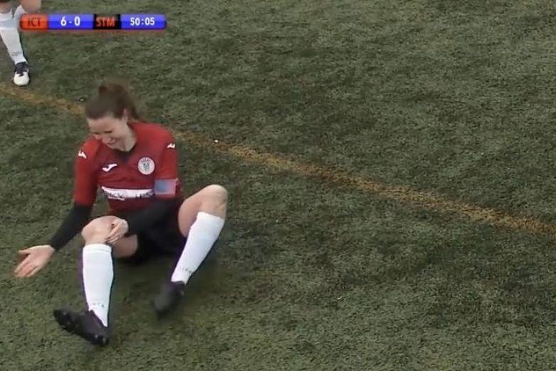 Futbolista se fractura, se acomoda la rodilla a golpes y sigue jugando