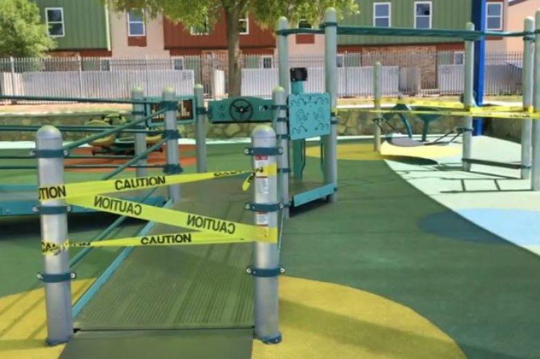 Clausuran áreas de juego en parques de El Paso