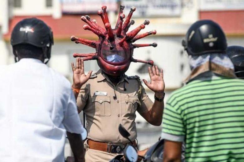 Policías usan cascos en forma de Covid-19 para concientizar sobre el brote