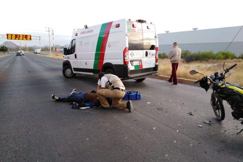 Se impacta motociclista contra auto en vialidad Sacramento