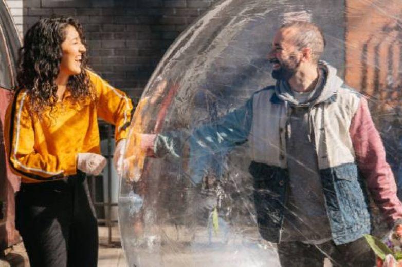 Se conocen en plena cuarentena y ahora tienen citas 'a través de una burbuja'