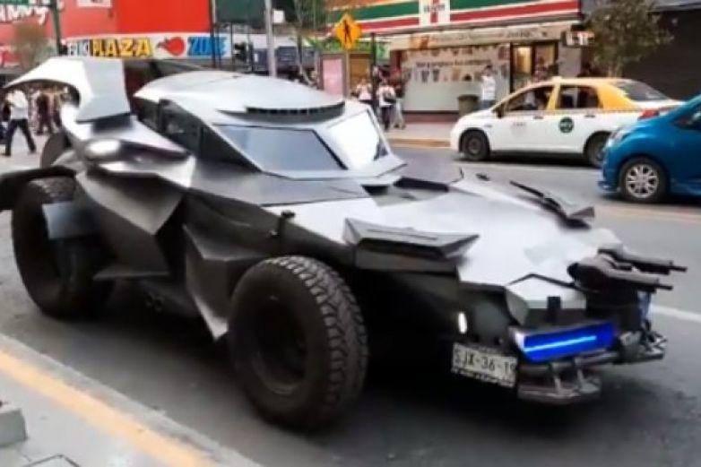 'Batman' llega a Monterrey y pide a la población quedarse en casa