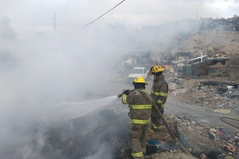 Sofocan bomberos incendio en baldíode la Galeana