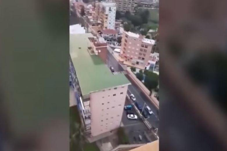 Dispara desde su balcón en pleno homenaje a médicos por Covid-19