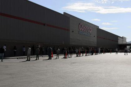 Continúan filas de una hora para entrar a Costco