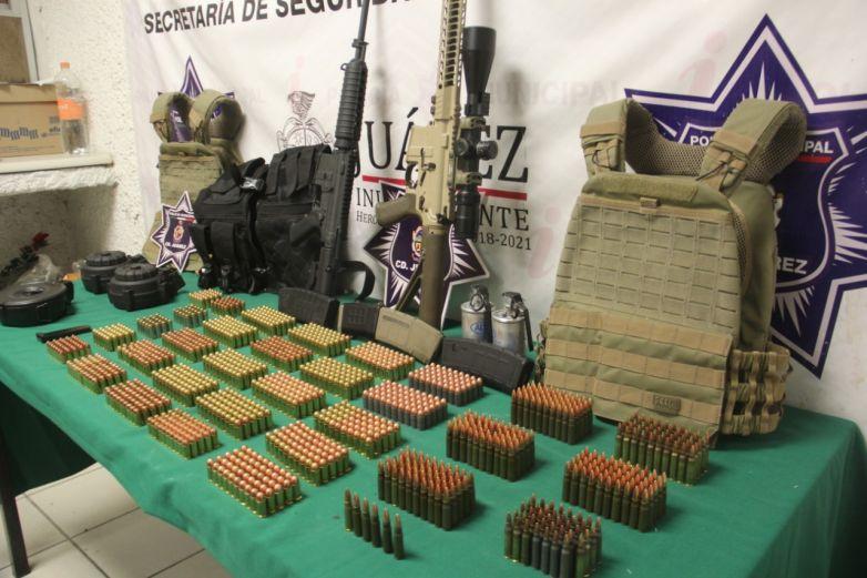 Aseguran armas, cartuchos y equipo táctico en vivienda