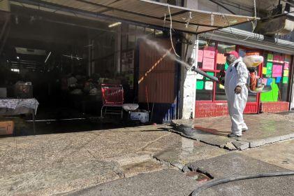 Desinfectan calles de la Zona Centro