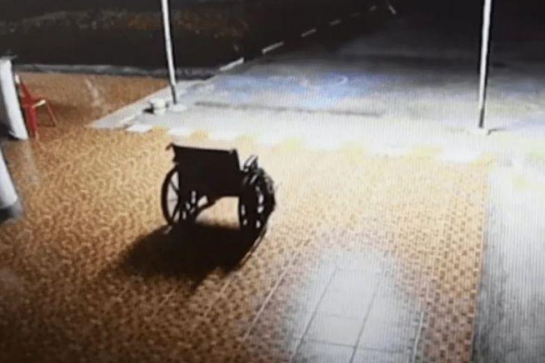 Silla de ruedas se mueve por sí sola en un hospital
