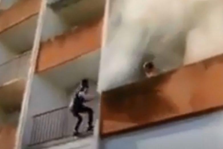 Jóvenes sin equipo de rescate salvan a 'abuelito' de edificio en llamas