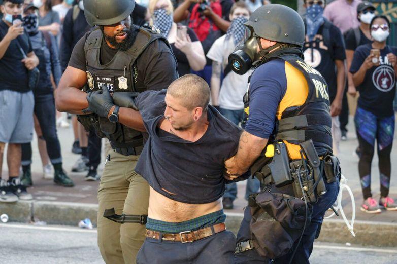 Despiden a dos policías de Atlanta por uso excesivo de la fuerza