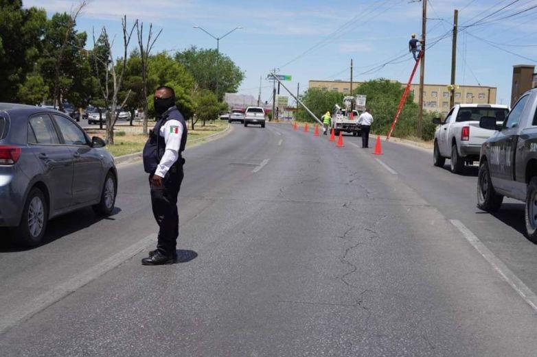 Reponen poste dañado por conductor en la Ejército Nacional