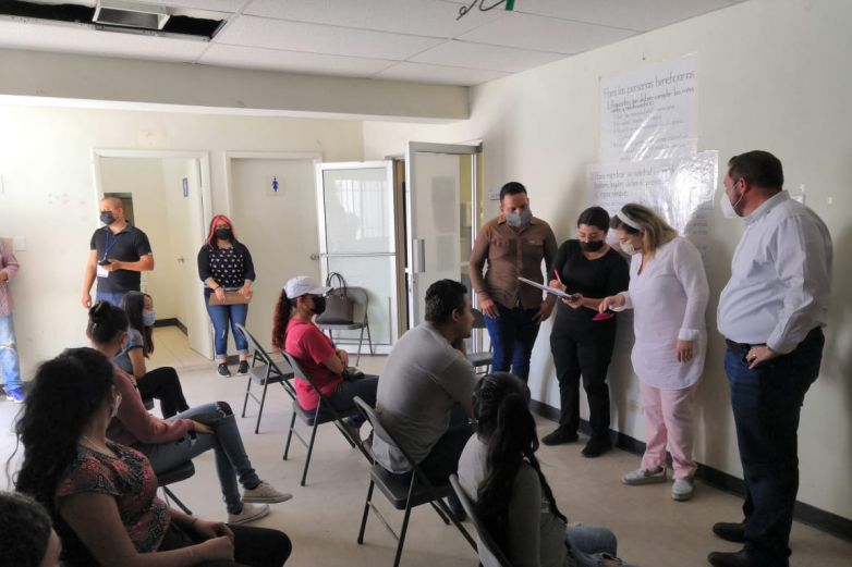 Meseros y empleados de bares reciben apoyos alimenticios