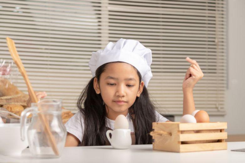 'Pequeña chef' de 8 años causa furor con sus recetas en línea