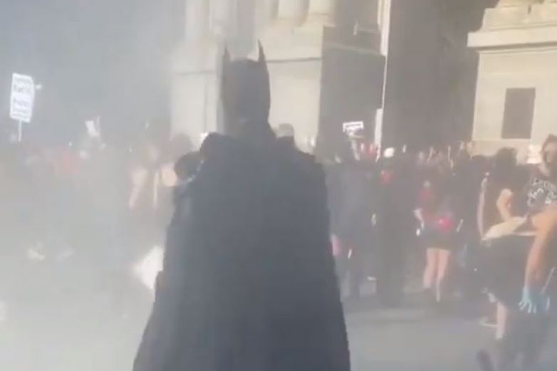 Batman aparece en las protestas por George Floyd y se vuelve viral