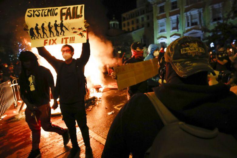 La violencia empaña otra noche de protestas en EU