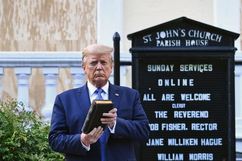 Defiende Casa Blanca aparición de Trump con una biblia en la mano