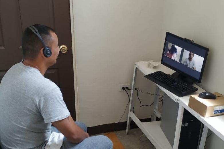 Después de 13 años logra reo 'ver' a su hija en videollamada