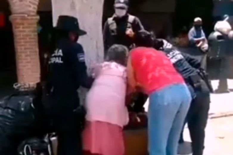 Policías someten a mujer de la tercera edad por no usar cubrebocas