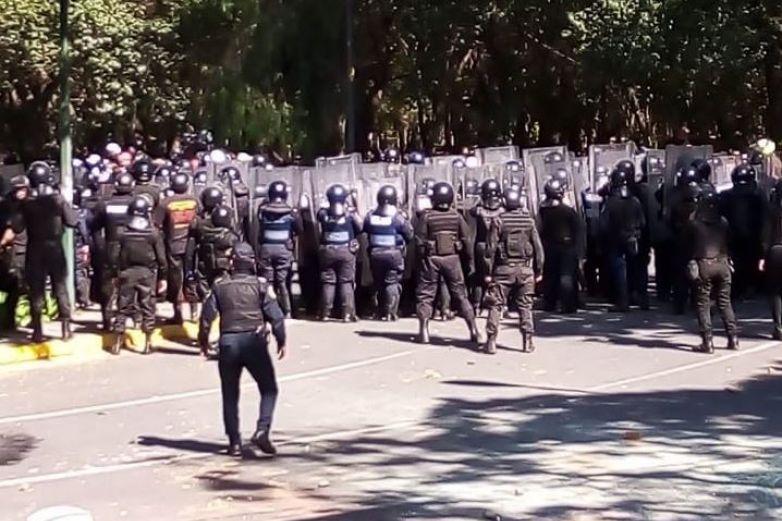 Policías repliegan a manifestantes en Polanco
