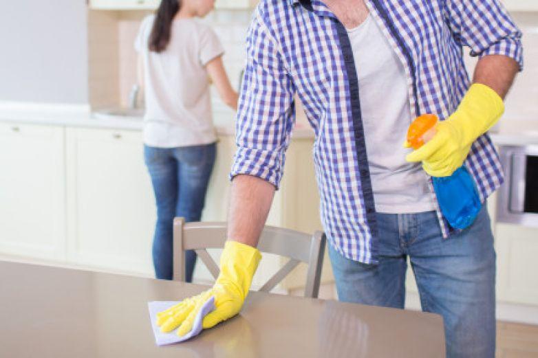 Estudio afirma que los hombres que limpian y cocinan son mejores amantes