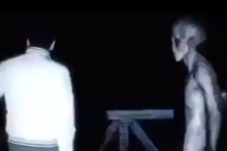 Se viraliza video de un hombre 'conversando' con un alien