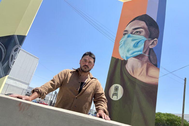 Arturo Damasco rinde tributo con mural a las mujeres de la industria maquiladora