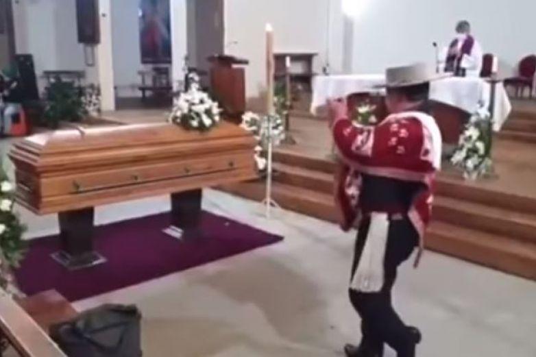 Intriga hombre bailando en funeral de su esposa