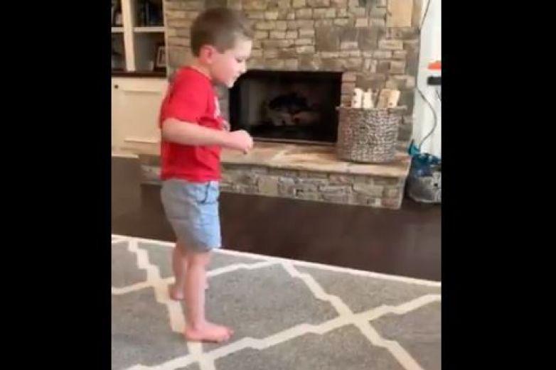 Niño con enfermedad cerebral emociona tras dar sus primeros pasos