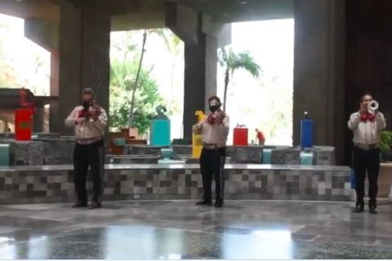 Hoteles de Acapulco reciben a turistas con mariachis y arpas