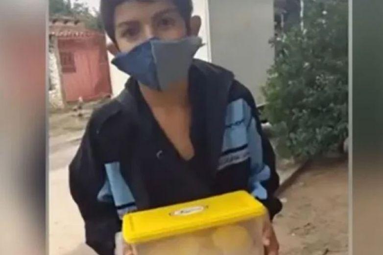 Niño fabrica cubrebocas para vender y ayudar a su mamá