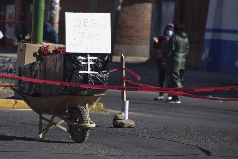 Un ataúd en la calle, el drama en Bolivia por la saturación de un cementerio