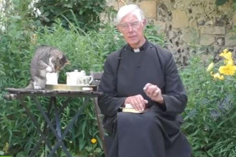 Gato roba leche a un sacerdote en pleno sermón mañanero
