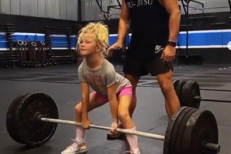 Niña de 7 años carga peso de 43 kilos; abre debate en redes
