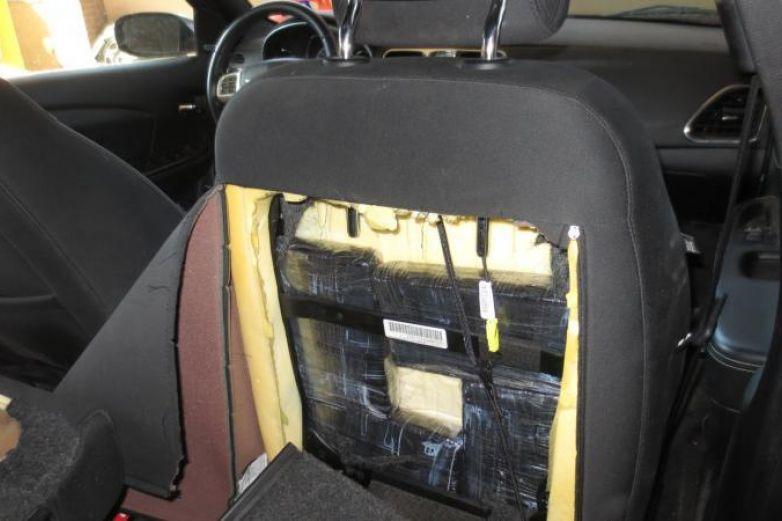 En los asientos y el tablero de autos pretendían cruzar droga a EP