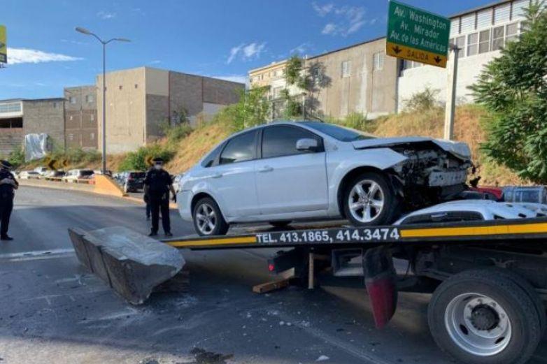 Conductora se estrella vs muro de contención en avenida La Cantera