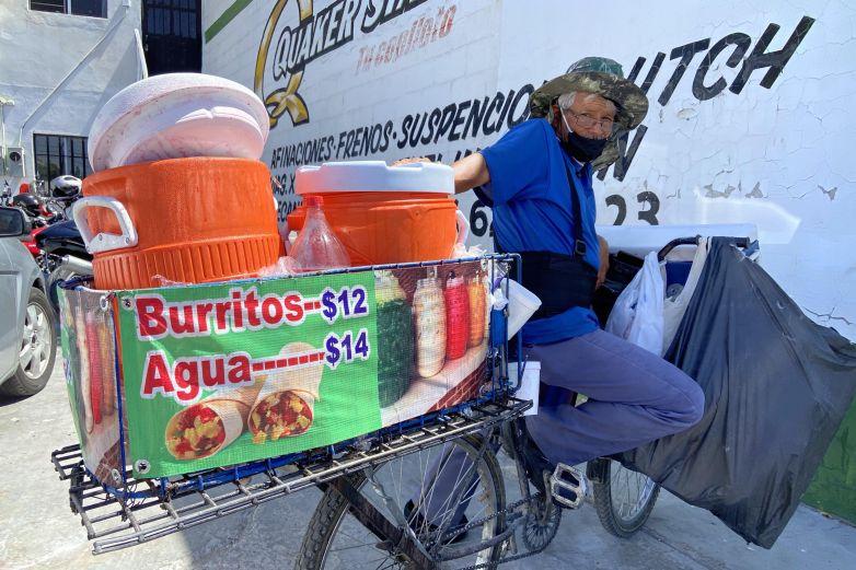 En bicicleta Don Manuel ofrece burritos y aguas frescas en la Ejército Nacional